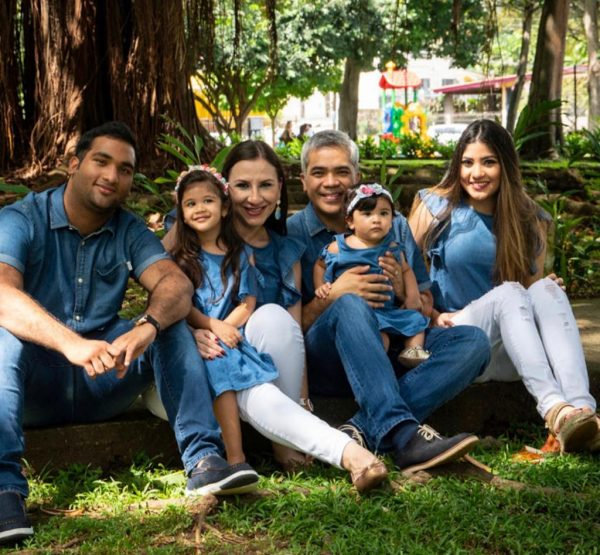 Familia que reza unida en Panamá