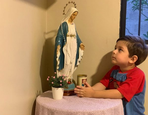 Niño Rezando y contemplando a María