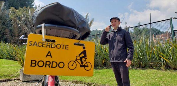 Sacerdote a borde Colombia Padre Santiago